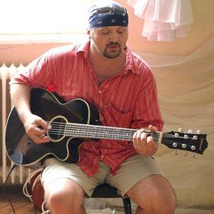 Kulbert Gyuri gitározik